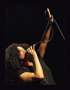 467px-Lisa_Fischer_with_mic